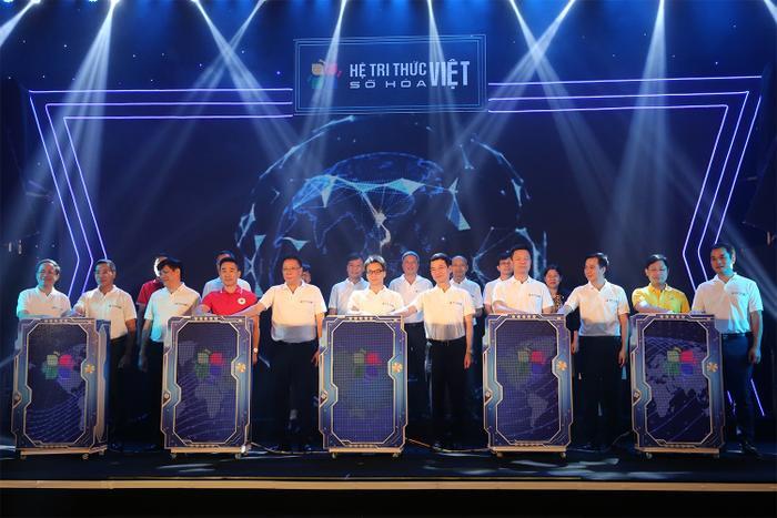 Phó Thủ tướng Vũ Đức Đam, lãnh đạo Bộ Khoa học và Công nghệ, Bộ Thông tin và Truyền thông… cùng nhấn nút ra mắt Bản đồ số Việt Nam, Vmap. (Ảnh: VGP/Đình Nam)