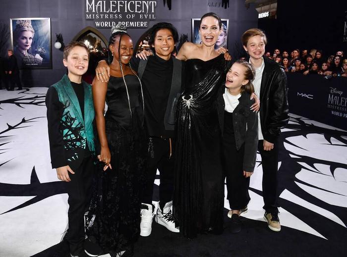 Đây là lần đầu tiên Angelina Jolie xuất hiện tại sự kiện công khai cùng với các con sau khi con trai cả Maddox sang Hàn Quốc nhập học đại học