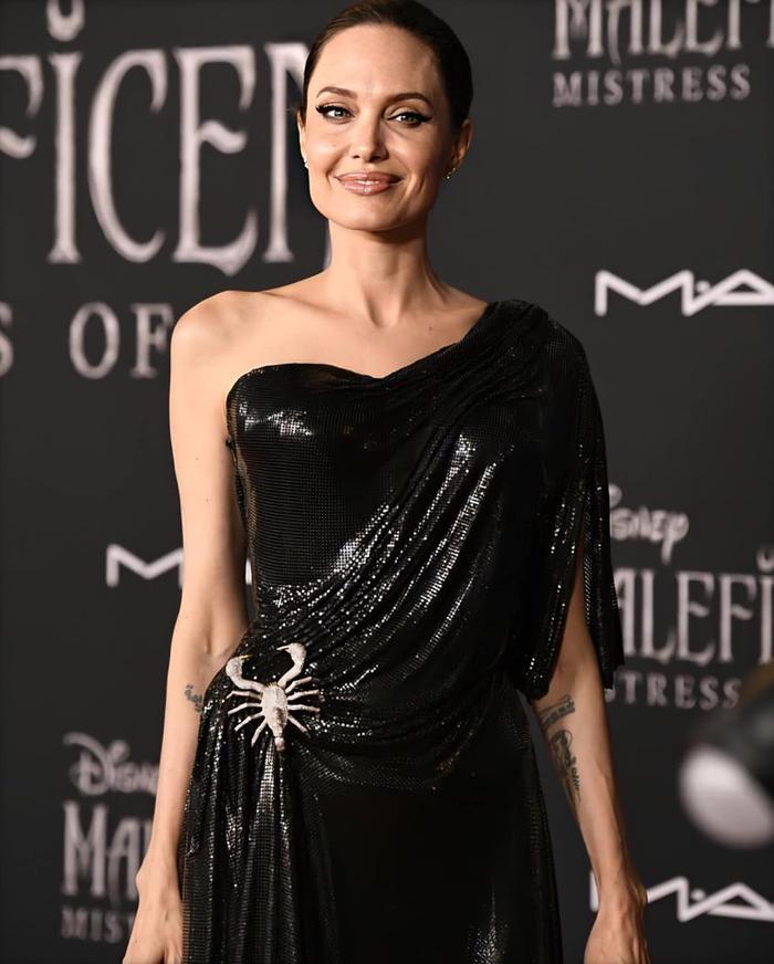 Tuy chỉ trang điểm nhẹ nhàng và làm tóc đơn giản nhưng nữ diễn viên vẫn hút mắt người nhìn