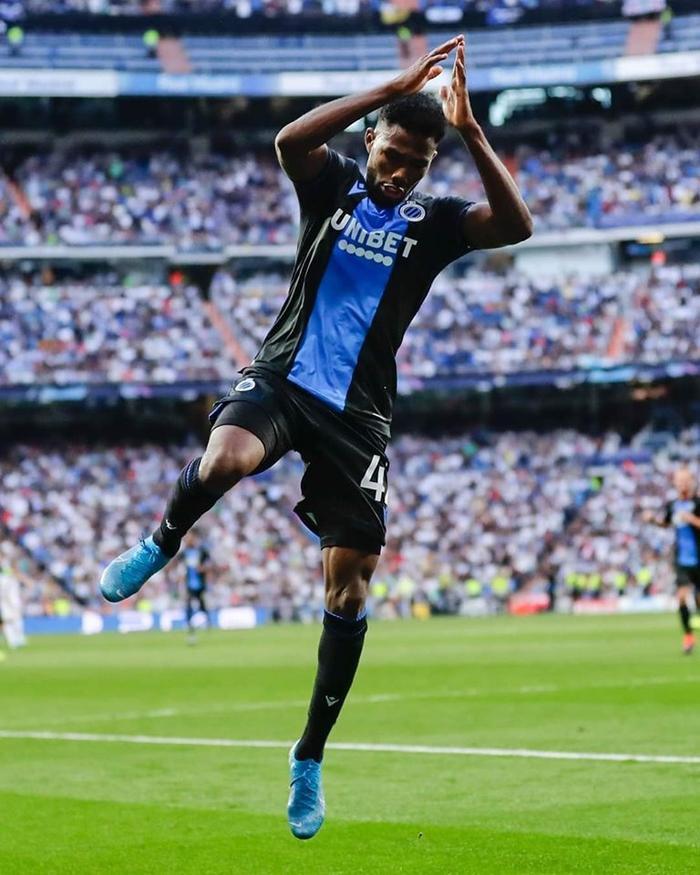 Cụ thể, sau khi ghi bàn thắng nâng tỷ số lên 2-0 ở phút 40, tiền đạo này đã chạy ra điểm đá phạt góc trước khi tái hiện màn ăn mừng quen thuộc của Ronaldo.