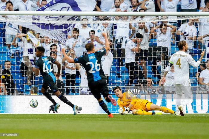 """Real Madrid quyết tâm giành chiến thắng sau trận ra quân thua thảm PSG. Trước đối thủ bị đánh giá yếu hơn về mọi mặt, """"Kền kền trắng"""" nhập cuộc đầy tự tin. Đoàn quân của HLV Zidane khiến khung thành đối thủ chao đảo ngay phút thứ 5 sau pha không chiến của Benzema."""