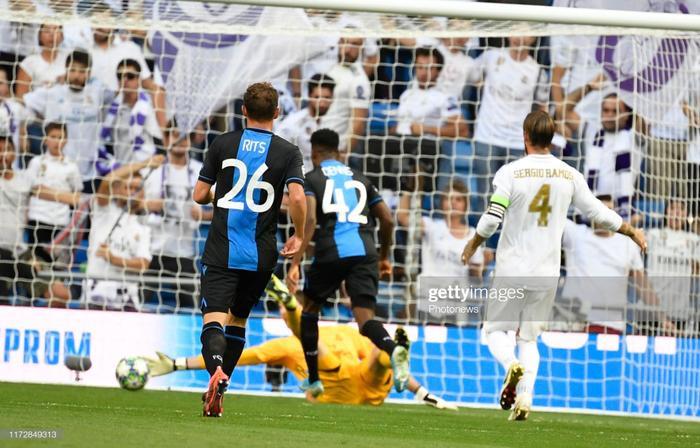 Tuy vậy, sự hớ hênh của hàng thủ đã khiến đội chủ sân Bernabeu nhận trái đắng ngay trong hiệp 1.Club Brugge bất ngờ dẫn trước Real Madrid tới 2 bàn chỉ sau 40 phút thi đấu. Người ghi bàn cho đội khách là tiền đạoEmmanuel Dennis với cú đúp vào lưới thủ môn Courtois.