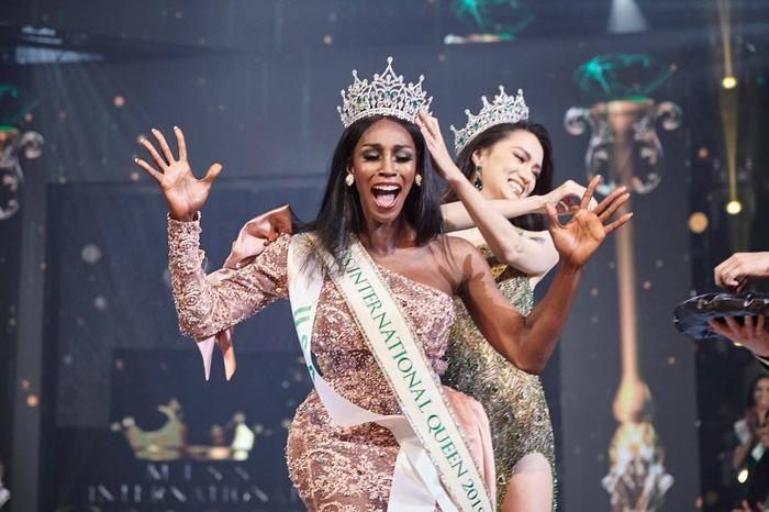 Hoa hậu chuyển giới Quốc tế Jazell đáp trả cực gắt khi fan Việt khen Hương Giang đẹp hơn ảnh 2
