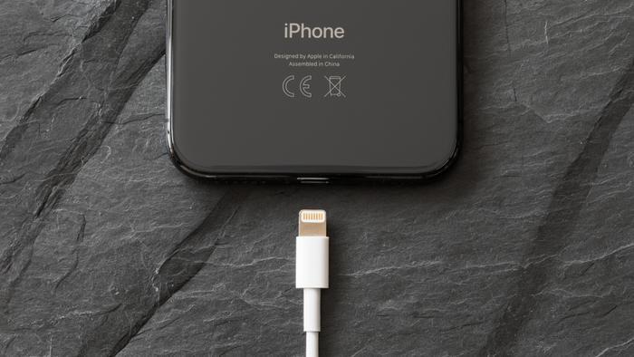 Trong thời gian tới bất cứ ai cũng có thể mua về sợi cáp Lightning có thể hack được iPhone. (Ảnh: Shutterstock)