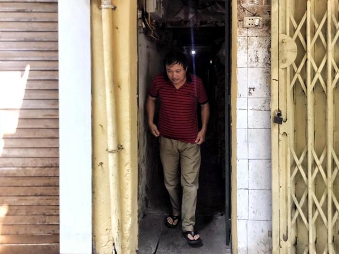Ngôi nhà ông Xuân sinh sống nằm trong ngõ 44 tối om ở phố Hàng Buồm.