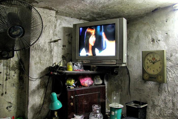 Chỉ riêng chiếc TV đã chiếm một diện tích khá lớn trong căn phòng.