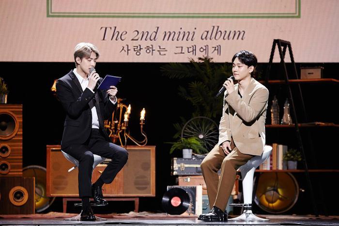Hai anh chàng Chen và Sehun tại showcase hôm ấy.