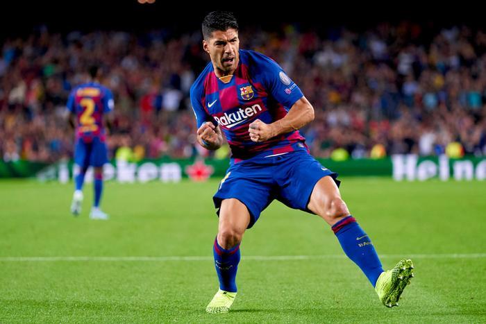 Luis Suarez san bằng cách biệt cho Barca.