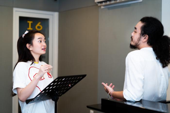 Một số hình ảnh về quá trình luyện tập thanh nhạc của Kaity Nguyễn.
