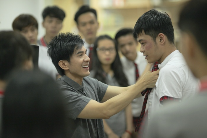Vừa là thầy giáo, vừa là phụ huỳnh thì sự khó xử của nhân vật mà anh Bo thể hiện được nâng lên bội phần vì bản thân lên lớp dạy dỗ học sinh mà chính con mình lại không dạy được.