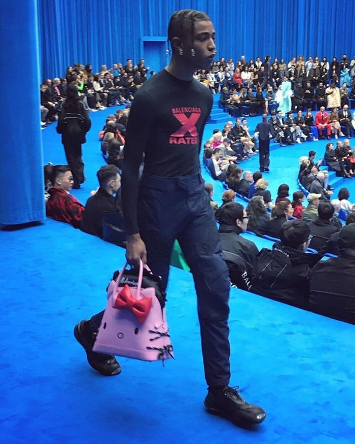 Trend xuân hè 2020 từ Balenciaga: Người mẫu nam xách túi Hello Kitty tự tin sải bước ảnh 3