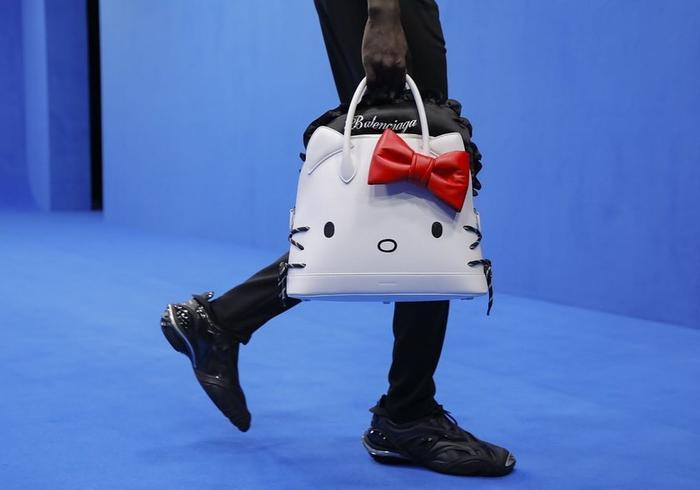 Trend xuân hè 2020 từ Balenciaga: Người mẫu nam xách túi Hello Kitty tự tin sải bước ảnh 1