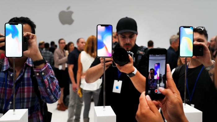 Người đàn ông đâm đơn kiện Apple vì cho rằng iPhone khiến anh ta trở nên đồng tính - Ảnh 1.