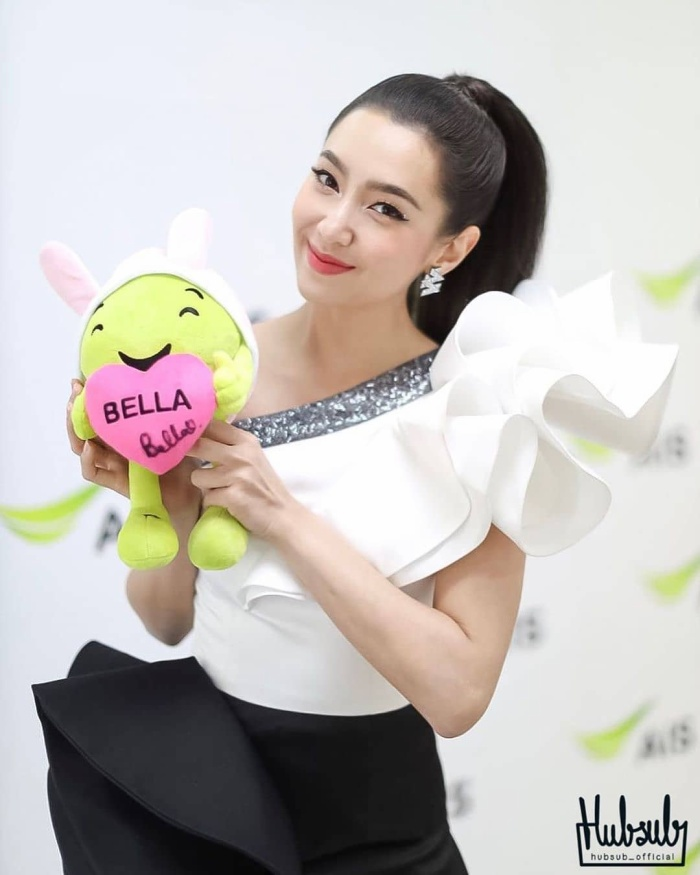 Nữ diễn viên xinh đẹp Bella Ranee đứng chung sân khấu cùng bạn trai Weir Sukollawat