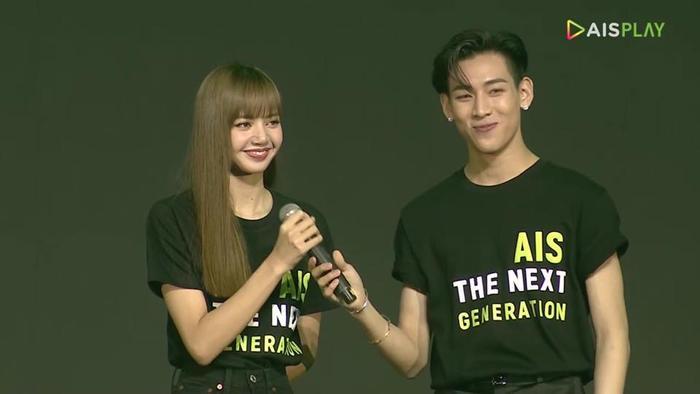 Người bạn thân thiết Bambam là MC đặc biệt bên cạnh Lisa, cặp đôi khiến hàng ngàn fan ở dưới hú hét vì đã rất lâu rồi mới thấy cả hai đứng chung sân khấu
