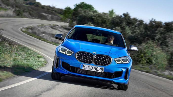 5. BMW 1 Series:BMW 1-Serieslà dòng xe nhỏ nhất và có giá bán mềm nhất của thương hiệu xe Đức tại Việt Nam. Ngoài kiểu dáng thể thao, BMW 1 Series 2019 còn mang tới cảm giác lái linh hoạt, dễ điều khiển. Điều đó giúp cho xe dễ dàng vượt qua mọi trướng ngại vật mà không hề gặp bất cứ khó khăn gì.
