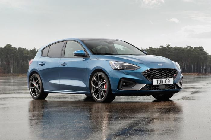 4. Ford Focus: FordFocusthế hệ mới được dựa trên nền tảng khung gầm mới của Ford. Ngoại hình và không gian cũng có sự thay đổi rộng rãi hơn.Trái timcủa Ford Focus 2019 là động cơ Ecoboost 1.5L, 16 van biến thiên, phun nhiên liệu trực tiếp với Turbo tăng áp cho công suất tối đa 180 Hp tại 6.000 vòng/phút và mô-men xoắn cực đại 240Nm tại 1.600 - 5.000 vòng/phút.