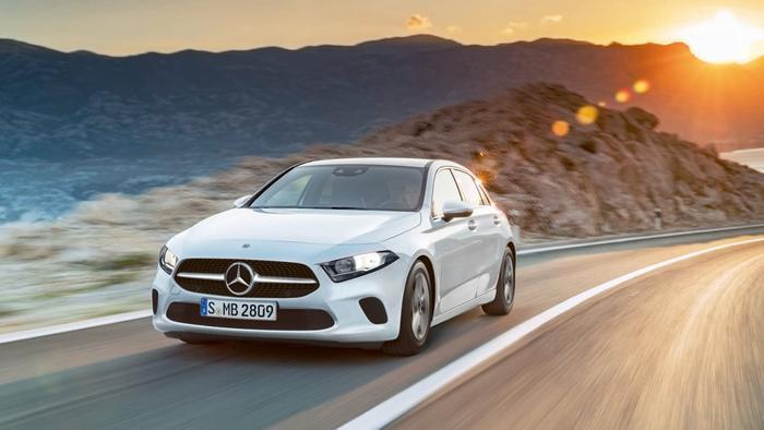 9. Mercedes-Benz A-Class:Mercedes-Benz A-Class 2019 trang bị kiểu dáng thiết kế mang hơi hướng hiện đại, trẻ trung và thanh lịch. Xe có nhiều phiên bản động cơ bao gồm bản A 200 được trang bị động cơ I4, có công suất cực đại 156 mã lực tại 5300 vòng/phút, mô-men xoắn cực đại 250 Nm tại 1250-4000 vòng/phút.Phiên bản Mercedes-Benz A 250 cũng sử dụng động cơ I4 nhưng có công suất cực đại cao hơn, đạt 211 mã lực tại 5500 vòng/phút, mô-men xoắn cực đại 350 Nm tại 1200 - 4000 vòng/phút.