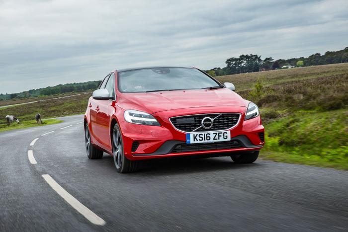 8. Volvo V40: Hiện tại,Volvo V40chính là mẫu xe mới nhất của gia đình Volvo, xe được xây dựng trên nền tảng Global C củaFord. Xe có 2 loại động cơ bao gồm động cơ xăng và động cơ dầu. Trong đó, động cơ xăng lại có 2 biến thể là T2 và T3mang đến sự pha trộn mạnh mẽ giữa hiệu suất và sự tinh tế. Về phần động cơ dầu, tuy không được mạnh như động cơ xăng nhưng vẫn được đánh giá khá tốt, khi cho thời gian tăng tốc 0-100 km/h là 9,9 giây.