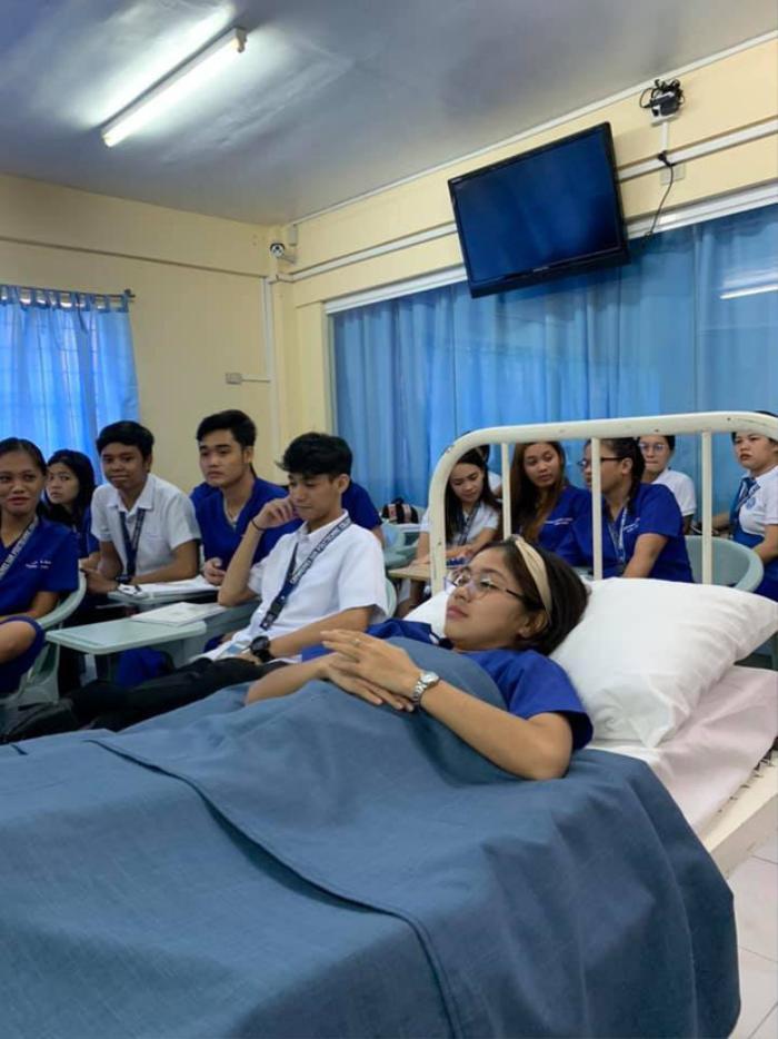Bị bệnh phải nằm viện, nữ sinh quyết tâm vác cả giường bệnh đến lớp học khiến CĐM gật gù ngợi khen: Học sinh của năm đây rồi!