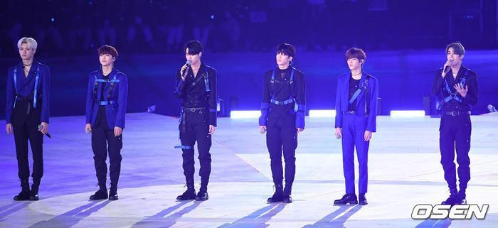 Lộ diện sau scandal, X1 gây xúc động với ca khúc 'Không sao đâu' trước Tổng thống Moon Jae In