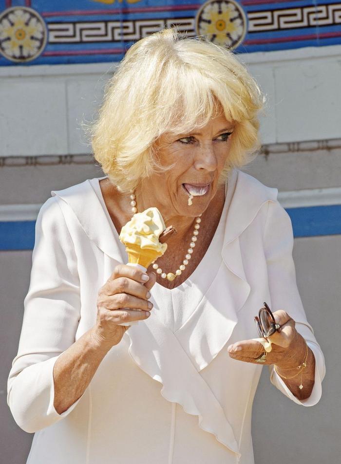 """Và cũng bị """"nhiễu nhão"""" khi ăn kem."""