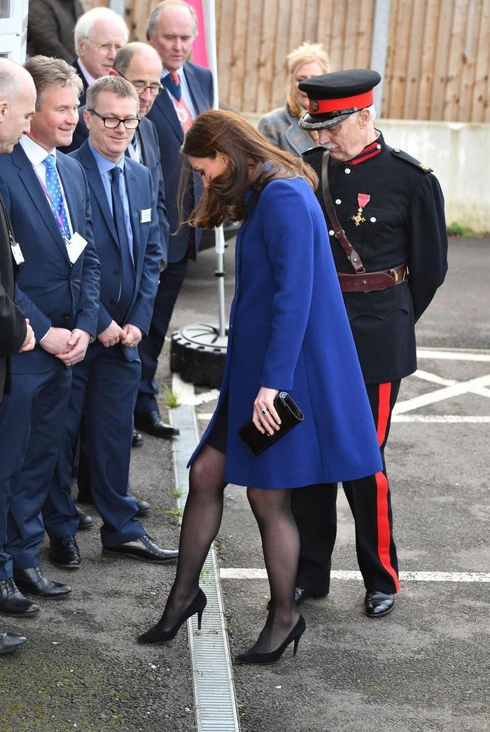 Như những quý cô khác, Kate cũng có lúc bị kẹt gót giày trong rãnh cống.