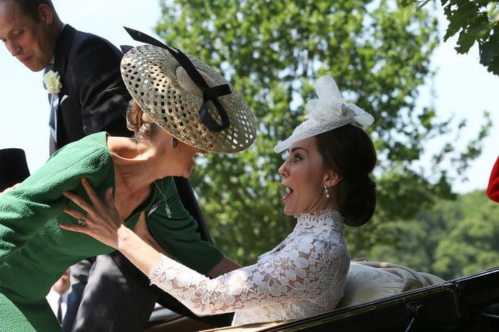Sophie, nữ bá tước xứ Wessex đã mất thăng bằng khi trèo lên một cỗ xe ngựa trong lễ hội đua ngựa Royal Ascot.
