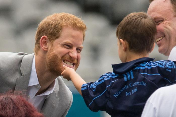 Thân là Hoàng tử, nhưng có lúc cũng phải để con nít sờ râu!