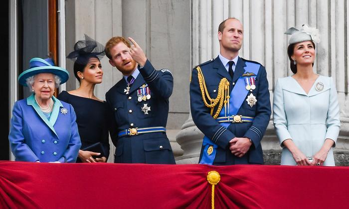"""Nữ hoàng Anh, Công nươngKate Middleton và Meghan Markle, Hoàng tử Charles, William và Harry đều gặp phải những sự cố """"khó đỡ"""" trước công chúng."""