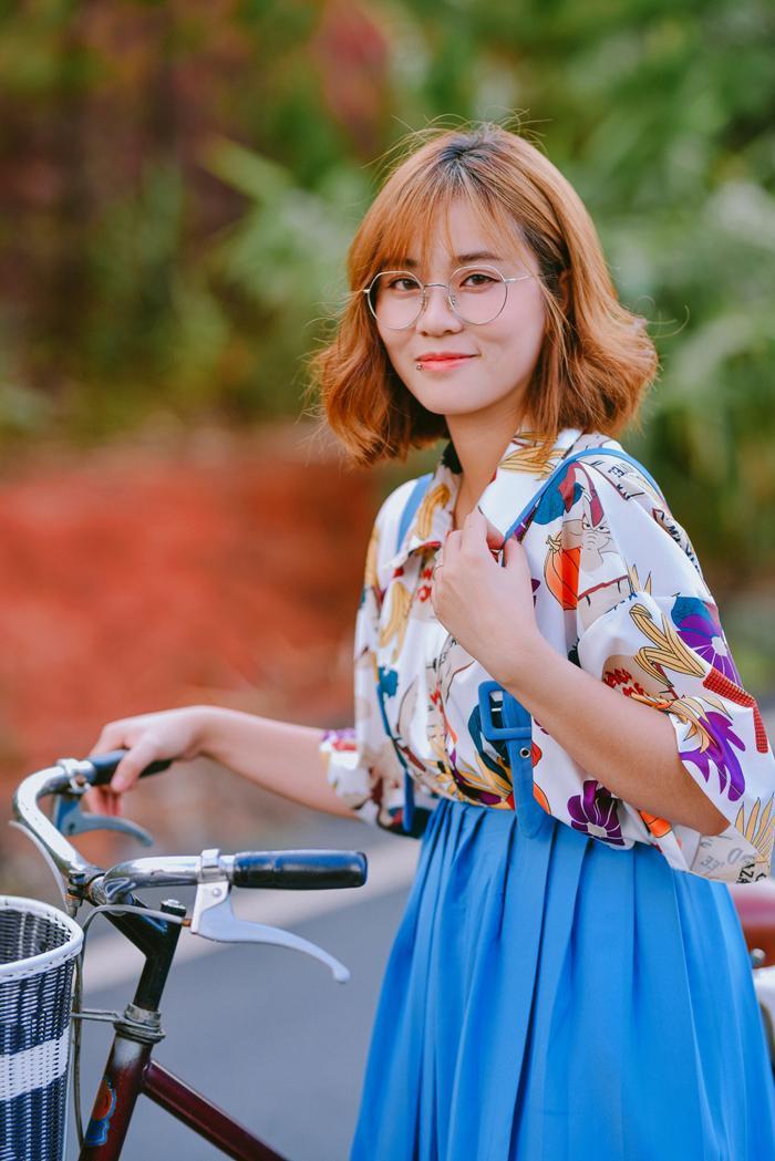 Cô nàng MisThy trở nên nữ tính hơn lúc nào hết trong MV Em gì ơi.