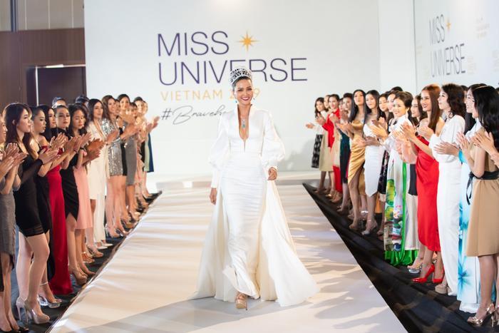 Tập 1 show thực tế đẫm drama lên sóng muộn 2 tiếng, Miss Universe Vietnam 2019 nói gì? ảnh 1