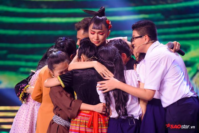 Phạm Quỳnh Anh khóc nấc khi Đức Khôi bất ngờ bị loại, lộ diện Top 9 Giọng hát Việt nhí 2019 ảnh 1