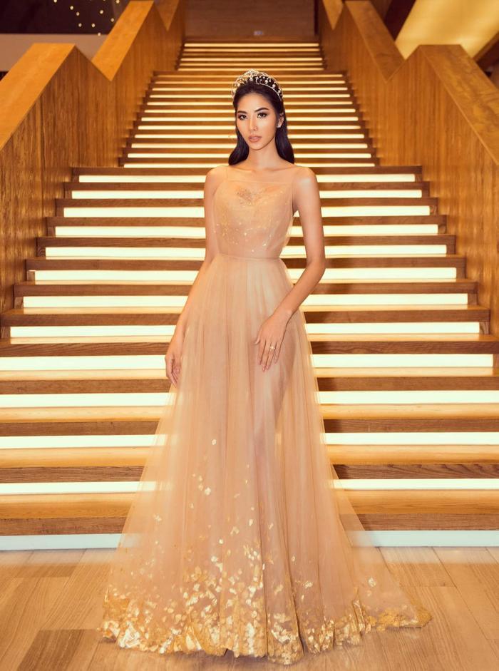 Hoàng Thùy đẹp tựa nữ thần khi thả dáng trong chiếc váy đính vàng ròng của NTK Trần Hùng.