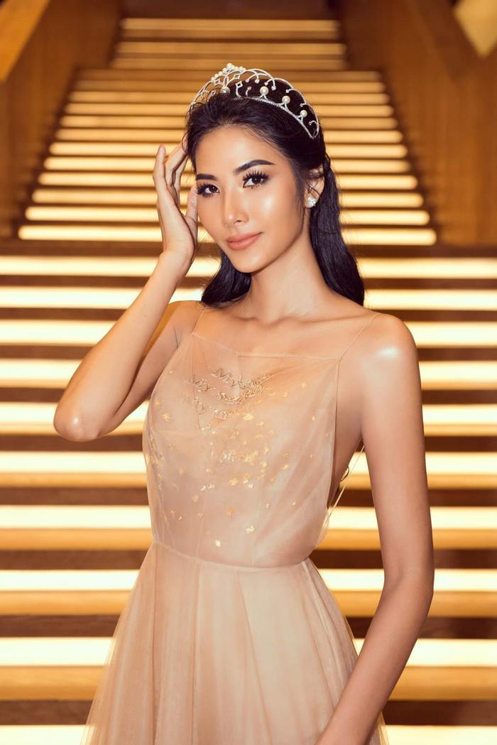 Những lớp vải phối mong manh càng làm tôn thêm nhan sắc quyến rũ, nét kiều diễm cho người đẹp đại diện Việt Nam tại Hoa hậu Hoàn vũ năm nay.
