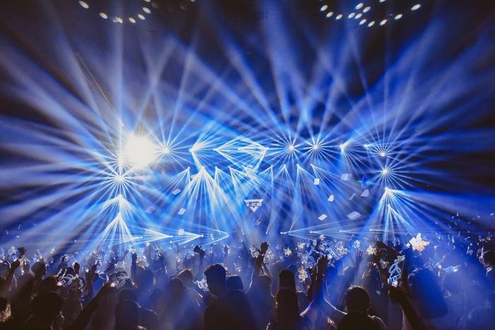 Sân khấu đẳng cấp với hệ thống âm thanh ánh sáng vô cùng hoành tráng.