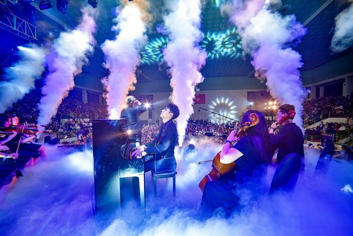 Hiệu ứng sân khấu tuyệt vời khiến cho chủ nhân đêm diễn càng hát càng thăng hoa.