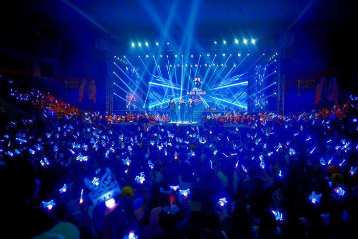 Sân khấu được thắp sáng bởi những chiếc lightstick vô cùng lung linh.