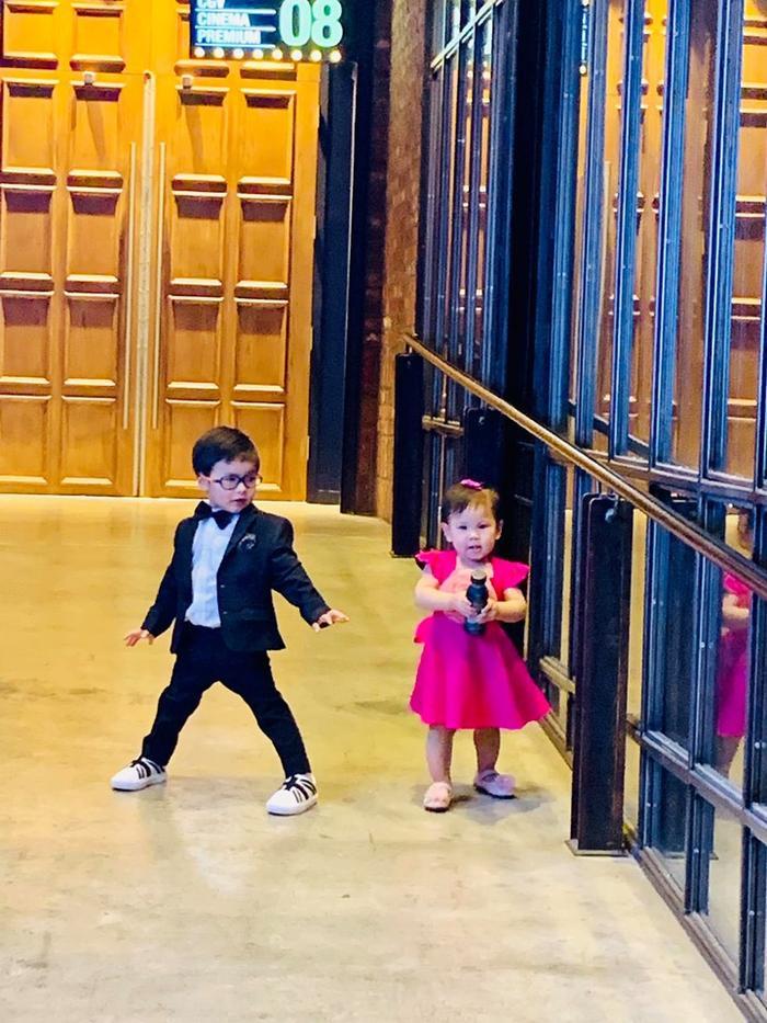 """Quý tử 2 tuổi nhà Đan Trường diện vest bảnh bao đùa nghịch cùng """"tiểu công chúa"""" 1 tuổi nhà Thanh Thảo"""