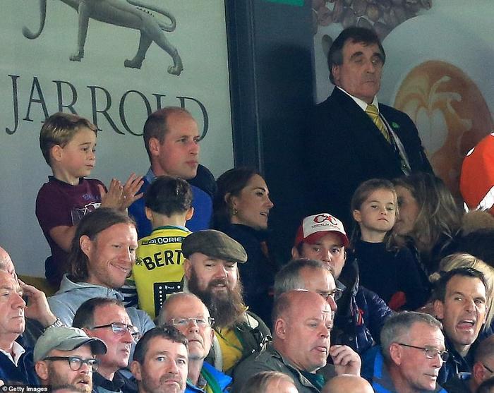 Cậu nhóc rất chăm chú theo dõi trận đấu.
