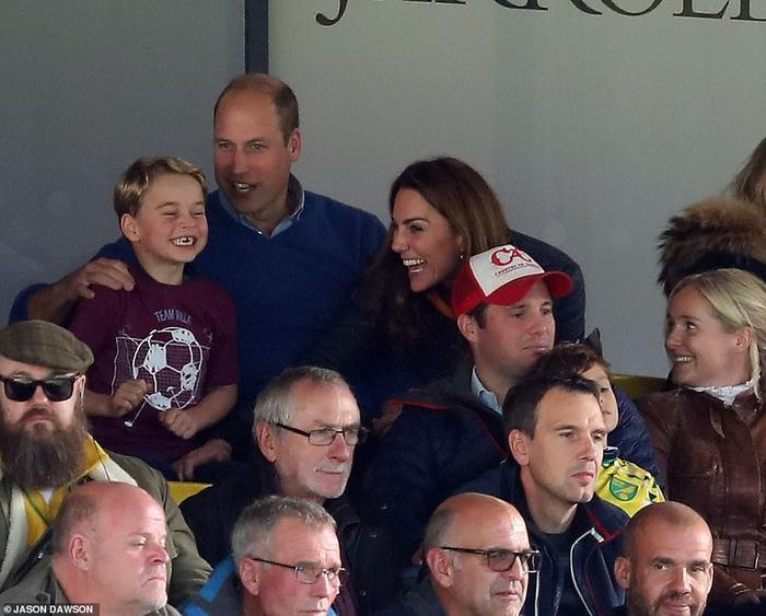 """Hoàng tử George mặc áo in dòng chữ """"team Villa"""" reo hò khi cầu thủ đội bóng yêu thích ghi bàn vào lưới đối phương."""