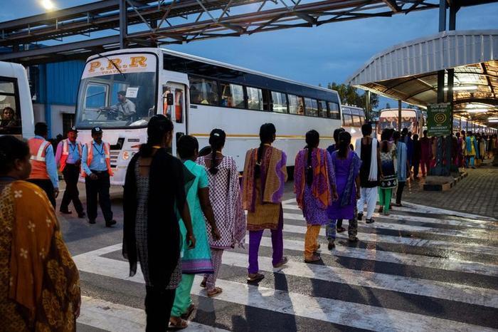 Công nhân đến nhà máy bằng xu buýt cho ca làm việc bắt đầu từ 6 giờ sáng. (Ảnh: Karen Dias/Bloomberg)