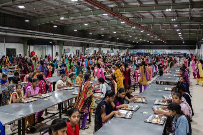 Công nhân ăn sáng ở canteen nhà máy trước khi bắt đầu ca làm việc. (Ảnh: Karen Dias/Bloomberg)