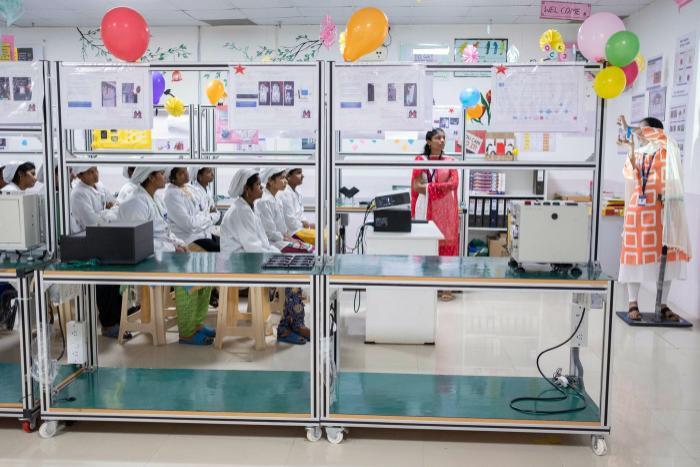 Công nhân nữ đang được đào tạo. (Ảnh: Karen Dias/Bloomberg)