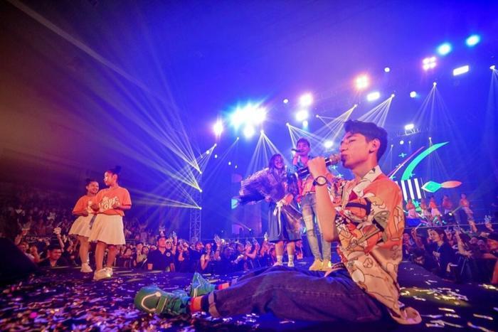 Sân khấu như được tái hiện lại hình ảnh trong MV Em gì ơi.