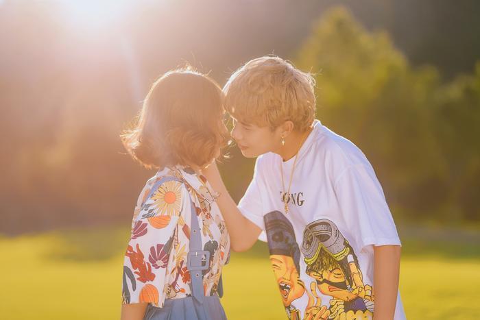 Thậm chí còn suýt dành cho nhau một nụ hôn như thế này.