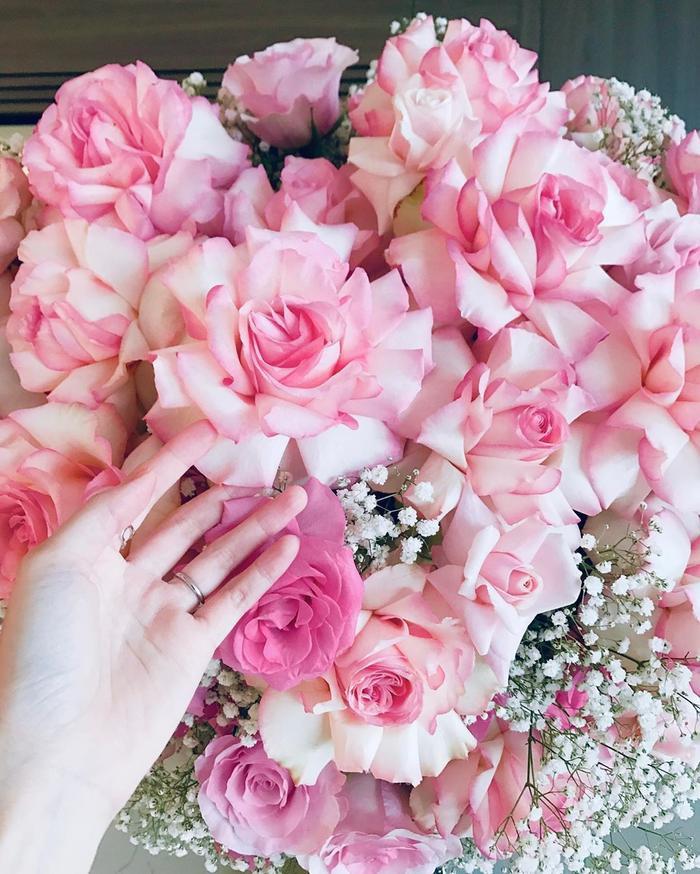 Bó hoa hồng tươi thắm đầy xinh đẹp được Thu Thảo khoe trên trang cá nhân