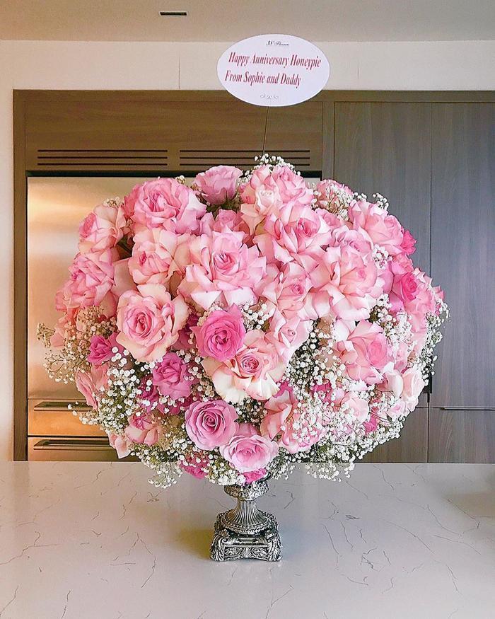 """Trên bó hoa còn được ký tên là """"từ bố và con gái Sophie"""""""