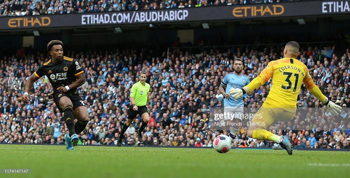 Adama Traore lập cú đúp giúp Wolves đánh bại Man City.