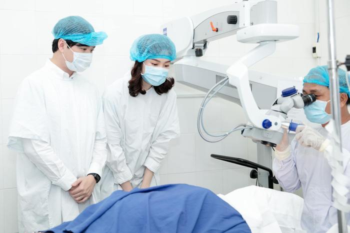 Cả hai theo dõi quy trình phẫu thuật cho các bệnh nhân.